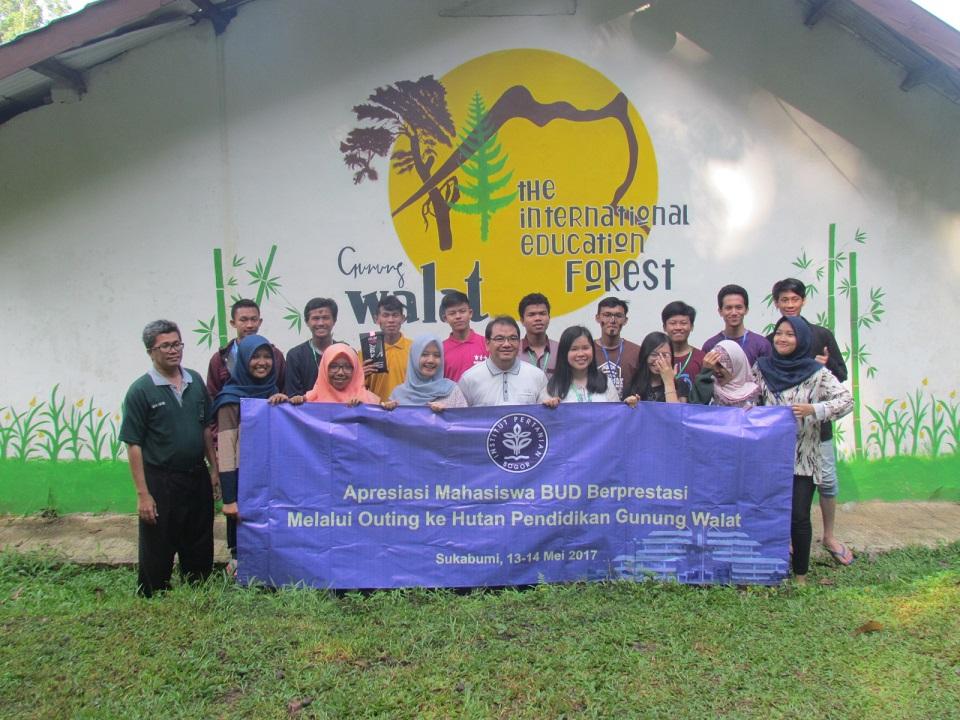 Outing ke Gunung Walat mahasiswa BUD berprestasi
